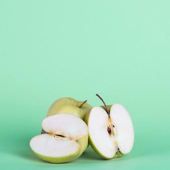 Arreglo con medias manzanas sobre fondo verde