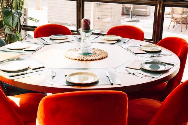 Arreglo de mesa redonda en un restaurante.