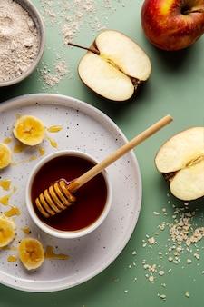 Arreglo de miel y manzanas de vista superior