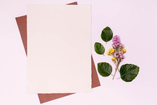 Arreglo minimalista con flores y hojas.