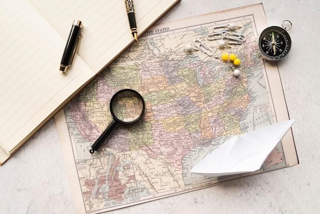Arreglo moderno de mapa de viaje y accesorios.