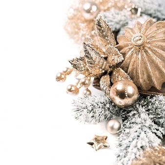 Arreglo de navidad sobre fondo blanco.