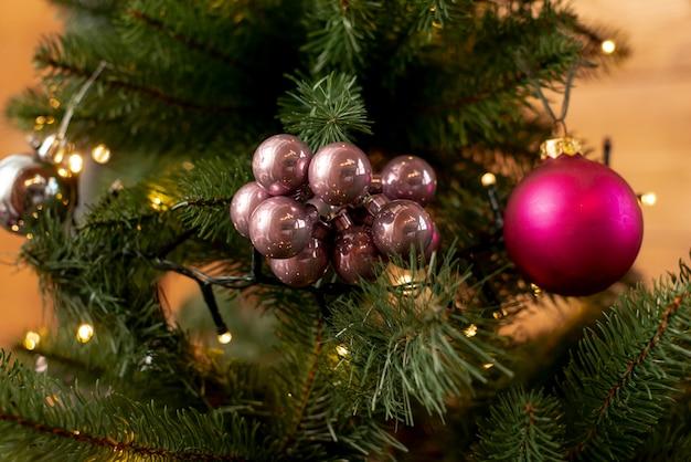 Arreglo navideño con árbol y bolas