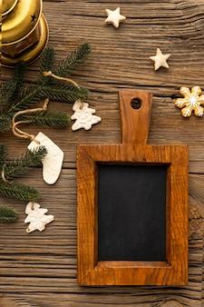 Arreglo navideño con pan de jengibre y pizarra