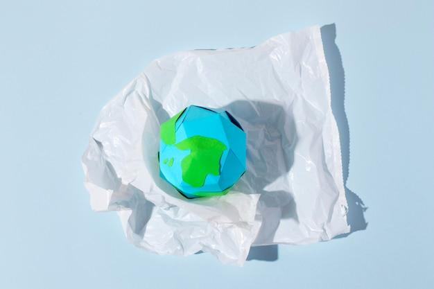 Arreglo de objetos de plástico no ecológico