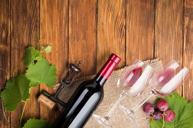 Arreglo oblicuo para vino tinto.