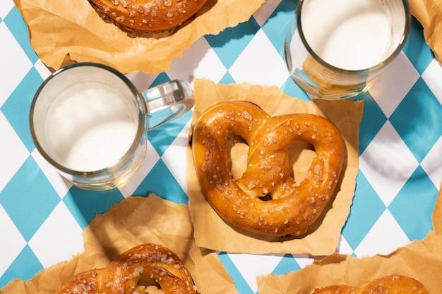 Arreglo de oktoberfest con delicioso pretzel