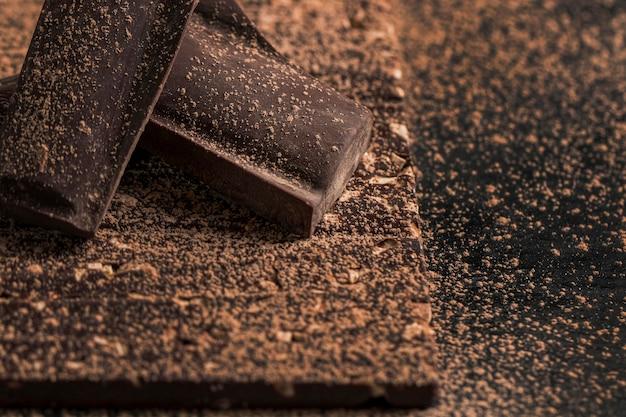 Arreglo oscuro de alto ángulo con primer plano de postre de chocolate