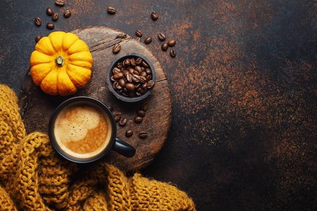 Arreglo otoñal con café y calabaza