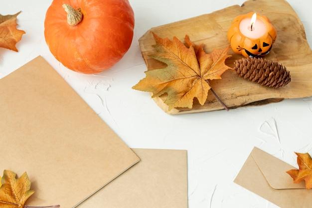 Arreglo otoñal con hojas y calabaza.