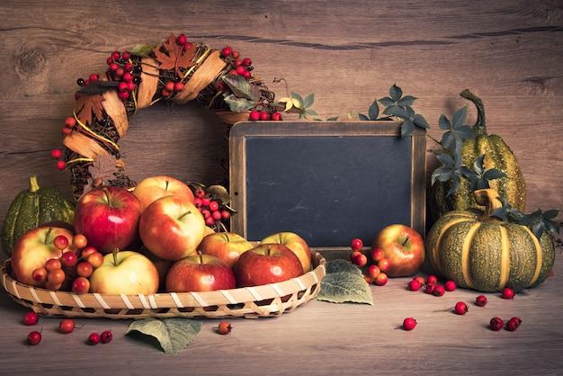 Arreglo de otoño con manzanas, decoraciones y espacio de texto.