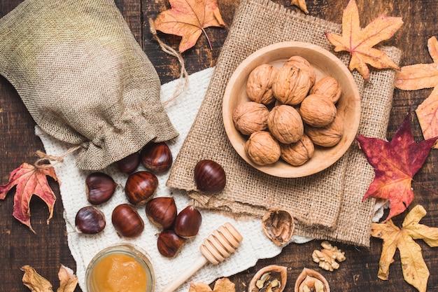 Arreglo de otoño vista superior con nueces y miel