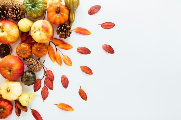 Arreglo de otoño vista superior sobre fondo blanco