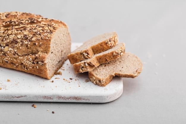 Arreglo de pan cortado en ángulo alto