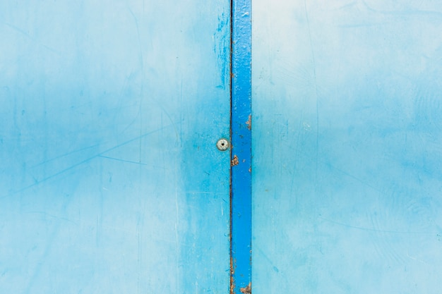 Arreglo con pared vieja azul