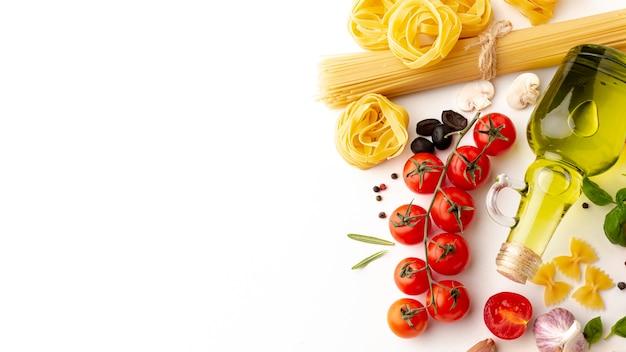 Arreglo de pasta cruda e ingredientes con espacio de copia