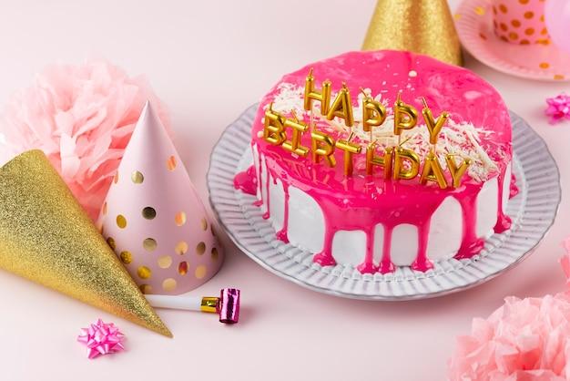 Arreglo de pastel y artículos de fiesta alto ángulo