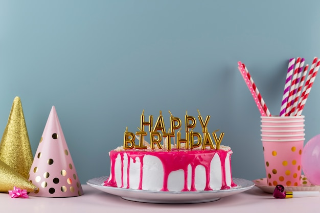 Arreglo de pastel y elementos de fiesta.