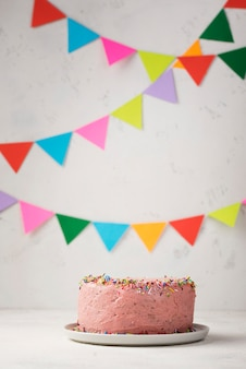 Arreglo con pastel rosa y decoraciones