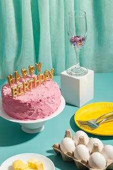Arreglo de pastel y velas de alto ángulo