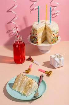 Arreglo de pastel y velas sabroso alto ángulo