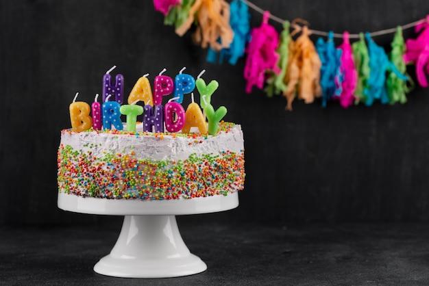 Arreglo de pasteles y artículos de fiesta