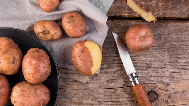 Arreglo de patatas vista superior sobre fondo de madera