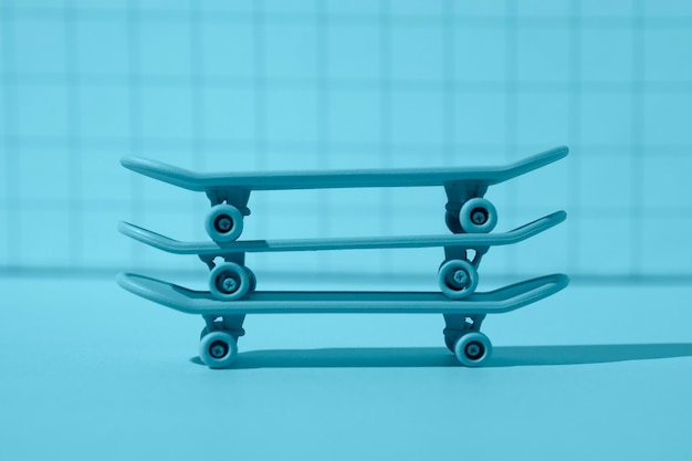 Arreglo de patinetas azules