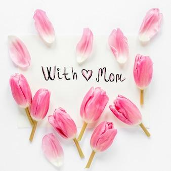 Arreglo de pétalos de tulipán vista superior