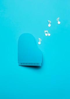 Arreglo de piano azul vista superior con notas musicales