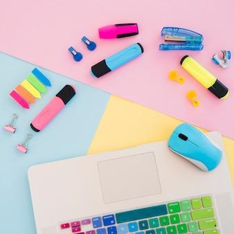 Arreglo plano con artículos de escritorio