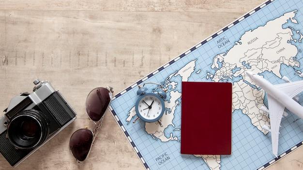 Arreglo plano de artículos de viaje laicos