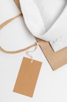 Arreglo plano de camisa doblada y etiqueta en blanco