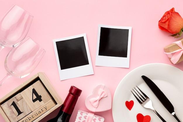Arreglo plano para la cena del día de san valentín sobre fondo rosa