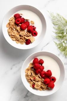 Arreglo plano de cereales tazón de fuente saludable
