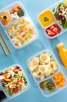 Arreglo plano de cocción por lotes con alimentos saludables