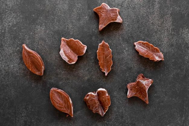 Arreglo plano creativo de chocolate sobre fondo oscuro.
