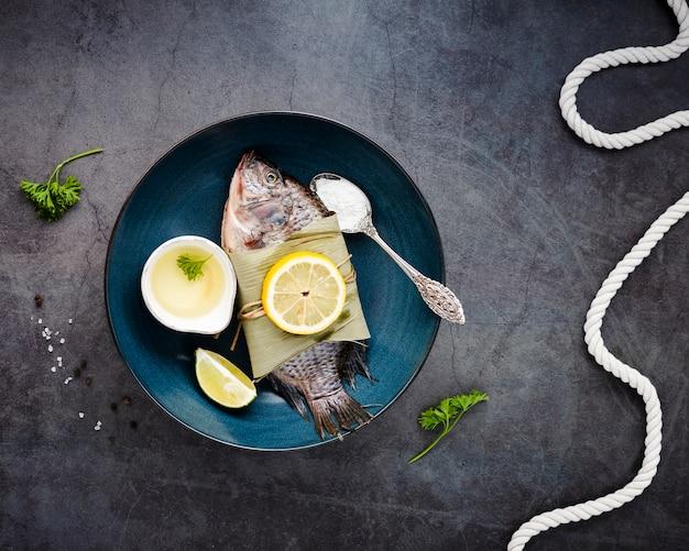 Arreglo plano con deliciosa comida y fondo de estuco