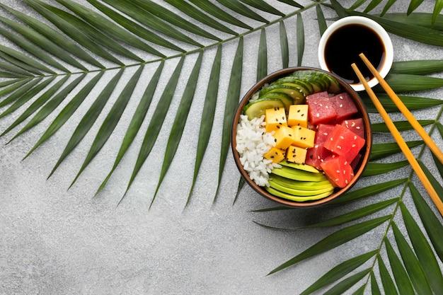 Arreglo plano de delicioso poke bowl