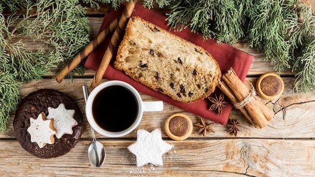 Arreglo plano de deliciosos dulces navideños