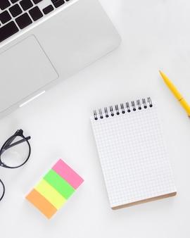Arreglo plano de elementos financieros laicos con bloc de notas vacío