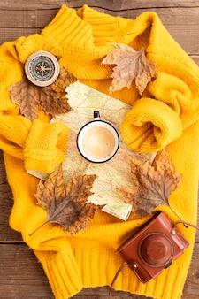 Arreglo plano de elementos otoñales en suéter