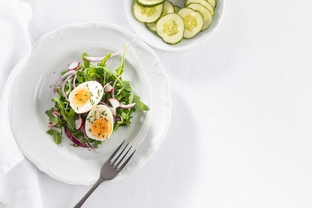 Arreglo plano de ensaladas frescas