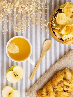 Arreglo plano con frutas y pasteles.