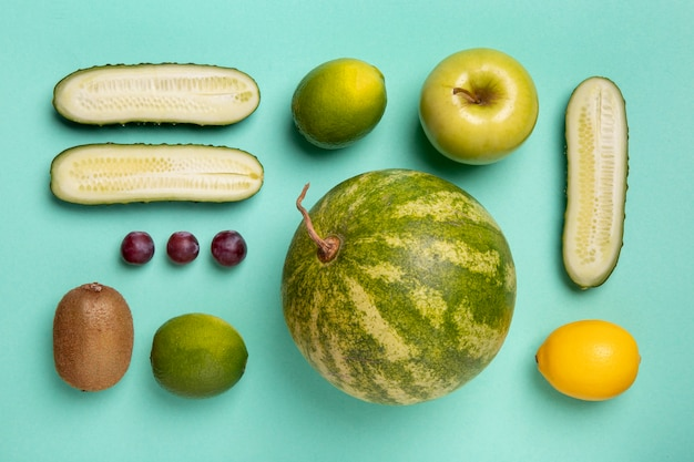 Arreglo plano de frutas y verduras