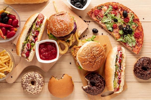 Arreglo plano con hamburguesas y pizza