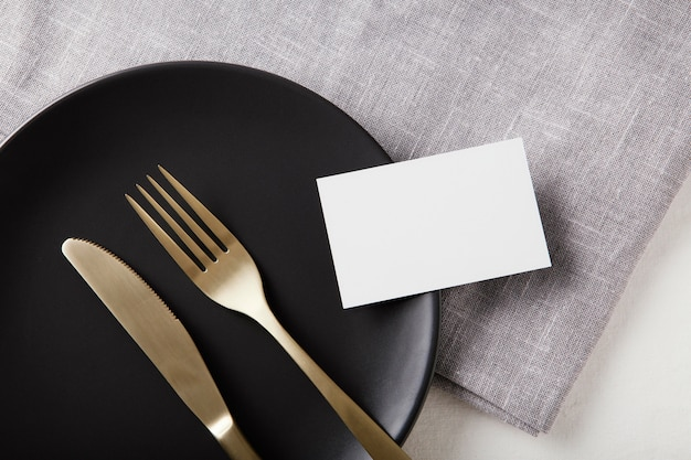 Arreglo plano de hermosa vajilla sobre la mesa