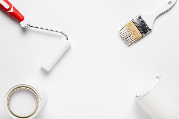 Arreglo plano con herramientas de pintura.