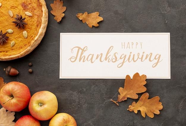 Arreglo plano con letrero de acción de gracias y comida