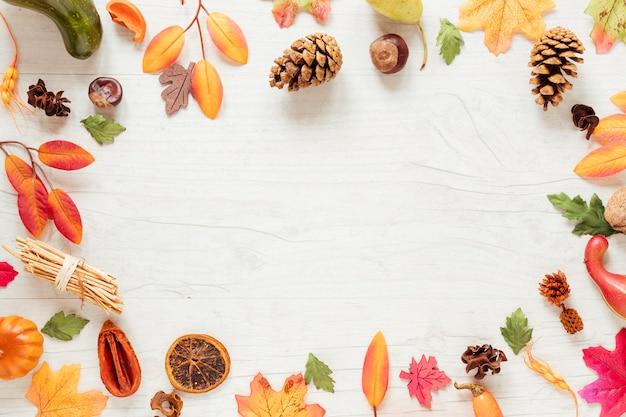 Arreglo plano de otoño laico con copia espacio.